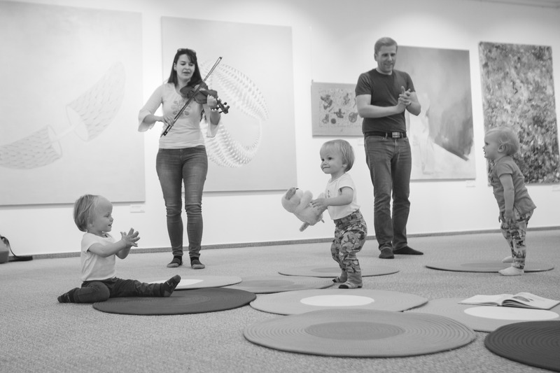 Glasbene jaslice za dojenčke in mamice z Julcsi